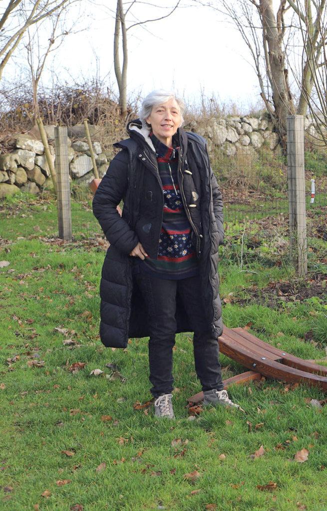 Susanne Kompast im Garten stehnd